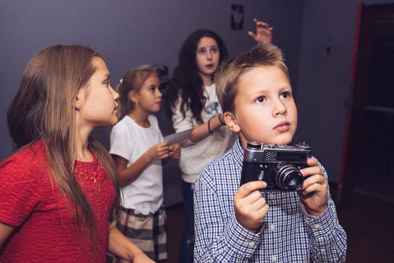 Kids investigating for an escape game